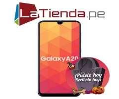 Samsung Galaxy A20  con lector de huellas, y corre Android 9.0